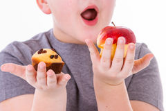 Kleiner Junge mit dem Lebensmittel lokalisiert auf weißem Hintergrund Lizenzfreie Stockfotografie