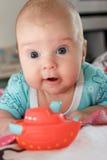 Kleiner Junge mit dem Spielzeuglügen Lizenzfreies Stockfoto