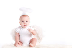 Kleiner Junge mit den Engelsflügeln, lokalisiert auf weißem Hintergrund Lizenzfreie Stockfotos