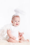 Kleiner Junge mit den Engelsflügeln, lokalisiert auf weißem Hintergrund Stockfotografie