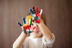 Kleiner Junge mit den gemalten Händen Stockfotografie