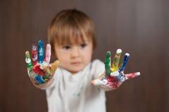Kleiner Junge mit den gemalten Händen Lizenzfreie Stockfotografie