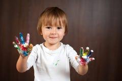 Kleiner Junge mit den gemalten Händen Lizenzfreie Stockfotos