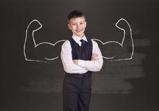 Kleiner Junge mit den gezogenen leistungsfähigen Händen Lizenzfreies Stockfoto