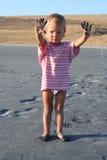 Kleiner Junge mit den schmutzigen Händen Lizenzfreie Stockfotografie