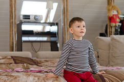 Kleiner Junge mit einem Blick der Verwunderung auf seinem Gesicht Lizenzfreie Stockbilder