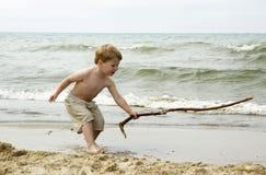 Kleiner Junge mit einem großen Steuerknüppel Stockfoto