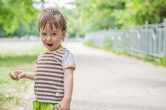 Kleiner Junge mit einem lustigen Ausdruck Stockfoto