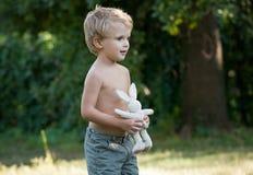 Kleiner Junge mit einem Spielzeug Stockfotografie