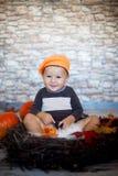 Kleiner Junge mit einem Stapel von Büchern Lizenzfreie Stockfotografie