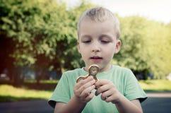 Kleiner Junge mit einem Unruhespinner draußen Lizenzfreies Stockfoto
