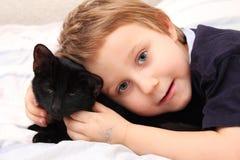 Kleiner Junge mit einer Katze lizenzfreies stockbild