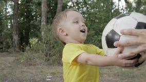 Kleiner Junge mit einer Kugel im Park stock video