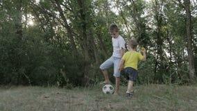 Kleiner Junge mit einer Kugel im Park stock video footage