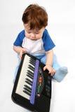 Kleiner Junge mit elektronischem Klavier Stockfoto