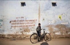 Kleiner Junge mit Fahrrad in Rajasthan Stockfotos