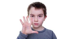 Kleiner Junge mit fünf Fingern oben Stockfoto