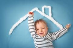 Kleiner Junge mit Form des Hauses Stockfotos