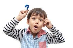 Kleiner Junge mit Fragezeichen-Zeichenbedarfsantwort auf weißem backgro stockfotografie