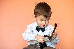 Kleiner Junge mit gealterter Retro- Kamera Kind mit einer alten Kamera Lizenzfreies Stockfoto