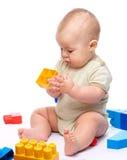 Kleiner Junge mit Gebäudeziegelsteinen Stockfotografie