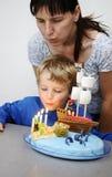 Kleiner Junge mit Geburtstagkuchen Lizenzfreie Stockfotos