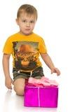 Kleiner Junge mit Geschenk Lizenzfreies Stockbild
