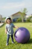 Kleiner Junge mit großem Ball draußen Lizenzfreie Stockfotografie