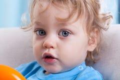 Kleiner Junge mit großen Augen Stockfoto