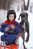 Kleiner Junge mit großem schwarzem Hund Stockbild