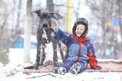 Kleiner Junge mit großer schwarzer Hunderasse Stockfotos