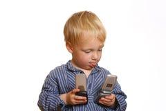 Kleiner Junge mit Handy Stockfotografie
