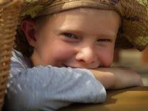 Kleiner Junge mit Hut im Freien Lizenzfreies Stockfoto