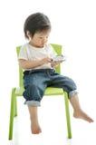 Kleiner Junge mit intelligentem Telefon lizenzfreie stockfotos