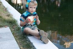 Kleiner Junge mit isst Apfel Lizenzfreies Stockbild