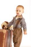 Kleiner Junge mit Koffer Stockfotografie