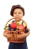 Kleiner Junge mit Korb der Früchte Lizenzfreies Stockbild