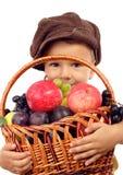 Kleiner Junge mit Korb der Früchte Stockbilder