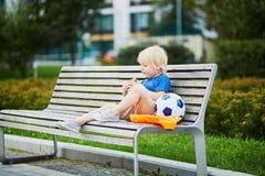 Kleiner Junge mit Lunchbox und gesundem Snack Stockfoto