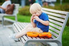 Kleiner Junge mit Lunchbox und gesundem Snack Stockfotografie