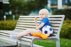 Kleiner Junge mit Lunchbox und gesundem Snack Lizenzfreie Stockfotos