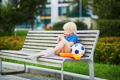 Kleiner Junge mit Lunchbox und gesundem Snack Stockbilder