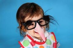 Kleiner Junge mit lustiger Maske stockfoto