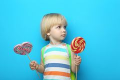Kleiner Junge mit Lutscher lizenzfreies stockfoto