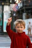 Kleiner Junge mit Markierungsfahne Stockbild