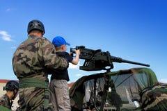 Kleiner Junge mit Maschinengewehr Stockfoto