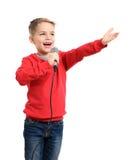 Kleiner Junge mit Mikrofon singt ein Lied lizenzfreie stockfotografie
