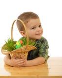 Kleiner Junge mit Ostereiern Stockfotos