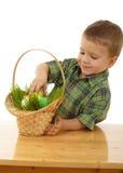 Kleiner Junge mit Ostereiern Stockfotografie
