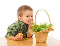 Kleiner Junge mit Ostereiern Stockbild
